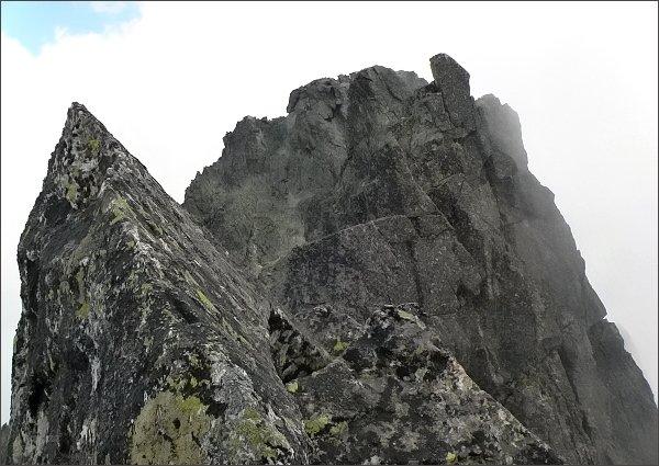 Na Malej Čiernej veži (uprostřed Prostredná Čierna veža, za ní Veľká Čierna veža)