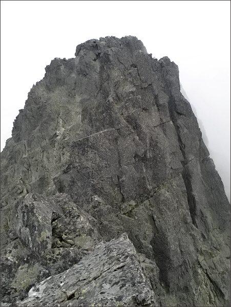 Prostredná Čierna veža z Malej Čiernej veže. <br>Dále Prostredná a Veľká Čierna veža, za ní Čierny štít