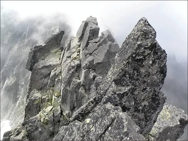 Na Prostrednej Čiernej veži (vpravo JZ vrchol). Uprostřed Malá Čierna veža
