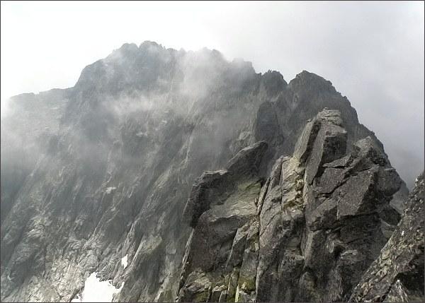 Malá Čierna veža z Prostrednej Čiernej veže.<br>Na horizontu Baranie rohy, vpravo Vyšná Barania strážnica