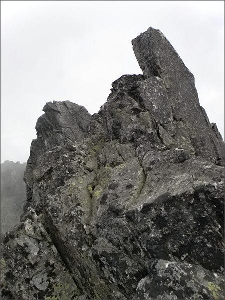 Prostredná Čierna veža. SV vrchol (vlevo) a JZ (vpravo)