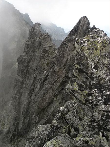 Prostredná  Čierna veža z Veľkej. Vpravo SV vrchol