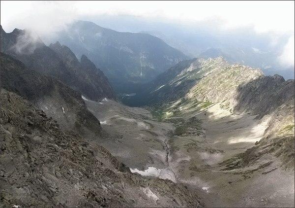 Čierna Javorová dolina z Čiernych veží. Vlevo Snehové veže