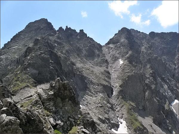 Čierny štít od Čierneho sedla. Uprostřed Čierne veže a Stolarczykovo sedlo, vpravo Vyšná Barania strážnica