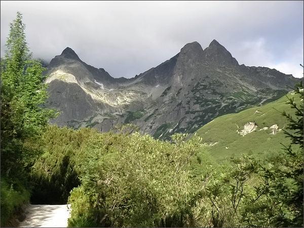Čierny štít (vlevo) z Doliny Bielej Kežmarskej vody. Vpravo Jastrabia veža a Karbunkulový hrebeň