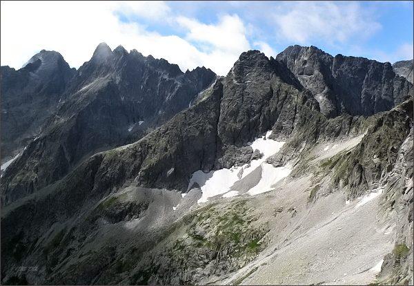 Čierny štít (v popředí) z Karbunkulového hrebeňa. Vlevo rozsocha Lomnického štítu, vpravo Baranie rohy