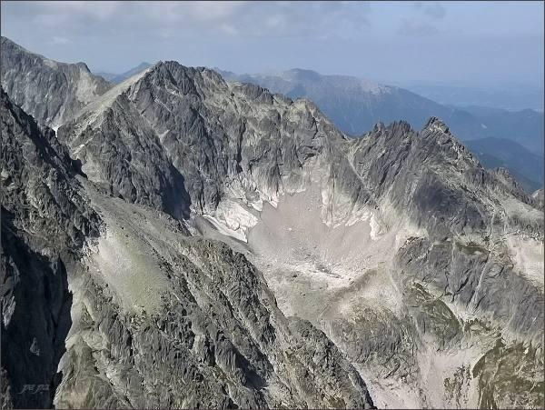 Čierny štít (vpravo) z Malého Kežmarského štítu. Uprostřed Baranie rohy
