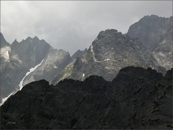 Čierny štít z Jahňacieho štítu. <br>V popředí Karbunkulový hrebeň, vlevo Spišský štít a Spišská ihla, vpravo Baranie rohy