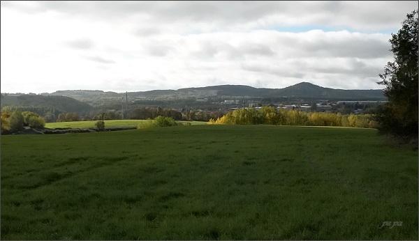 Horní Slavkov a Krásenský vrch s rozhlednou (vlevo)