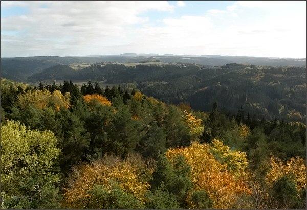 Pohled z rozhledny na Krásenském vrchu k východu (údolí Teplé, Třebouňský vrch)