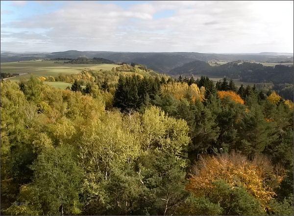Pohled z rozhledny na Krásenském vrchu k východu (údolí Teplé, Jesinecký vrch)