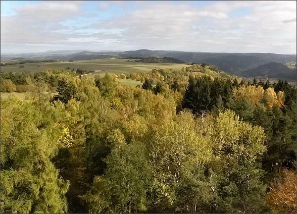 Pohled z rozhledny na Krásenském vrchu k severovýchodu (vlevo Doupovské hory, vpravo údolí Teplé)