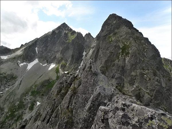 Kolový štít z Jastrabej veže. Vpravo Predný Kopiniak (Karbunkulový hrebeň)