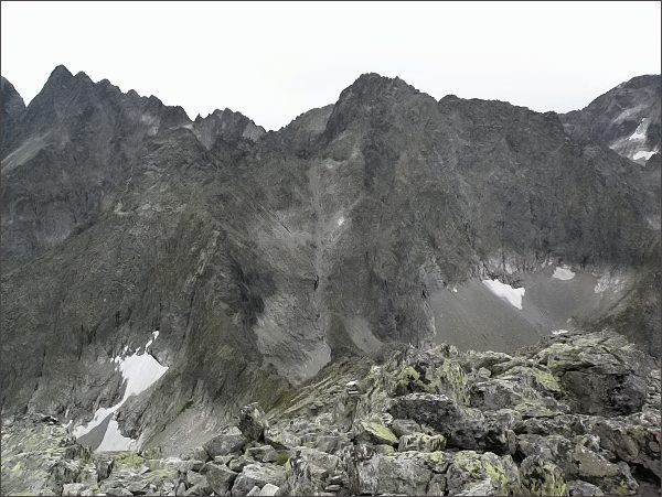 Čierny štít (vlevo) a Baranie rohy z Kolového štítu. <br>Na zadním horizontu rozsocha Lomnického štítu