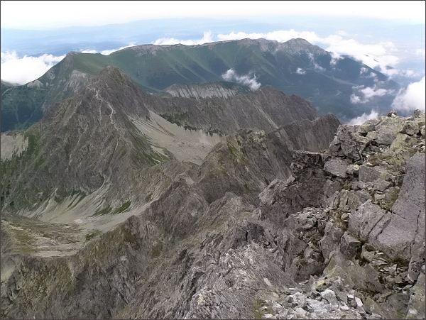 Jahňací štít a Belianske Tatry z Kolového štítu. V popředí Karbunkulový hrebeň