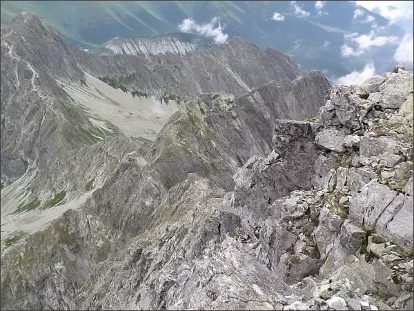 Karbunkulový hrebeň (v popředí) z Kolového štítu. Za ním Kozí štít