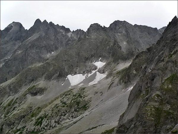 Rozsocha Lomnického štítu z Belasej veže (vlevo). Uprostřed Čierny štít a Baranie rohy
