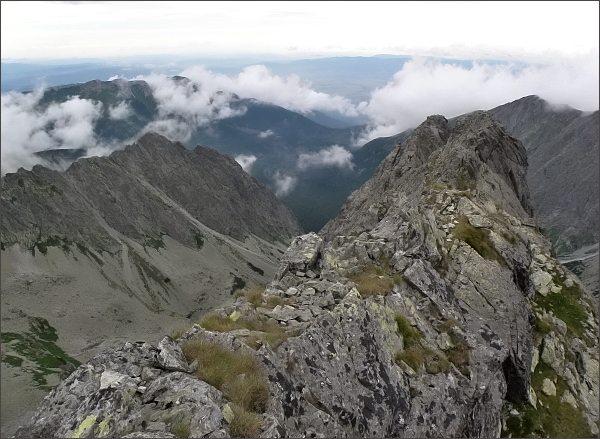 Pohled z Belasej veže do Červenej doliny. Vlevo Kozí štít a Žeruchové veže