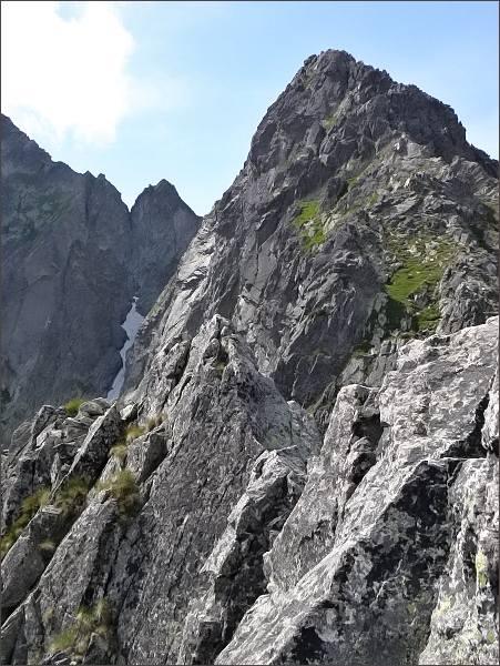 Zmrzlá veža (uprostřed) z Jastrabej veže. Vpravo Predný Kopiniak