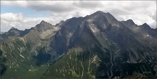 Jahňací štít (vlevo), Zmrzlá veža, Kolový štít a Čierny štít od západu. Uprostřed (nejvyšší Ľadové štíty)