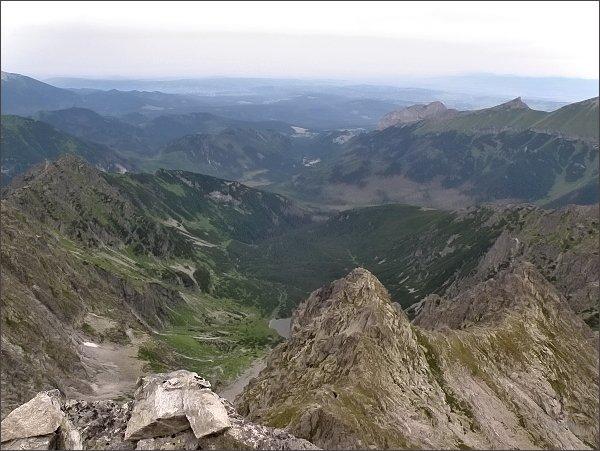 Kolová dolina ze Zmrzlej veže. V popředí Veľký hrb