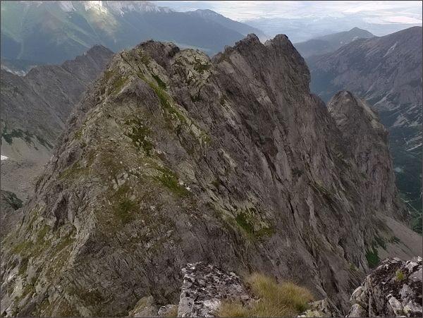 Karbunkulový hrebeň ze Zmrzlej veže.<br>Nejblíže Belasá veža, dále vpravo Kopiniaky a Jastrabia veža