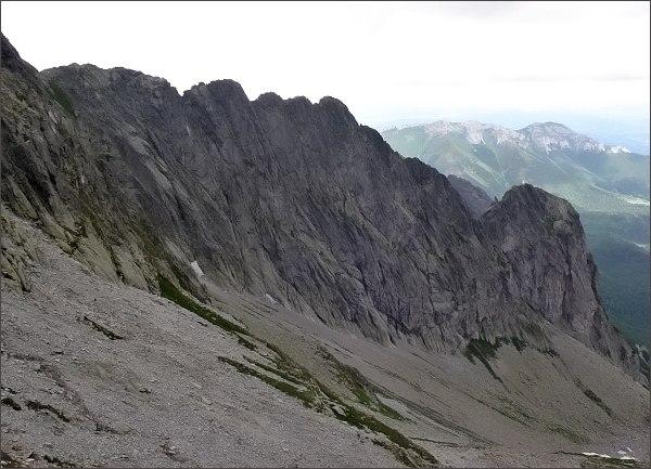 Jastrabia veža, Karbunkulový hrebeň a Belasá veža nad Malou Zmrzlou dolinou