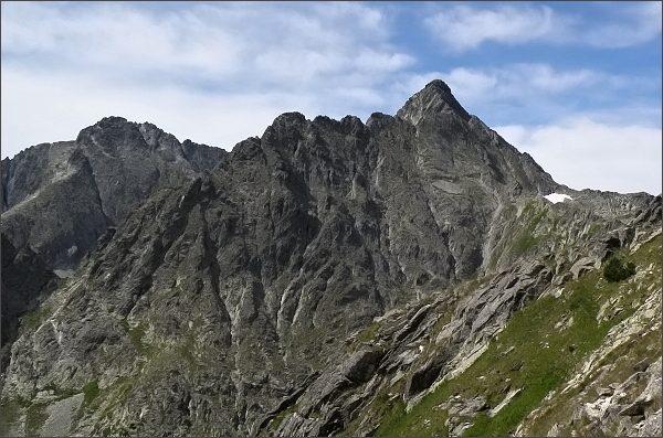 Karbunkulový hrebeň a Kolový štít (uprostřed) z Prednej Kozej štrbiny