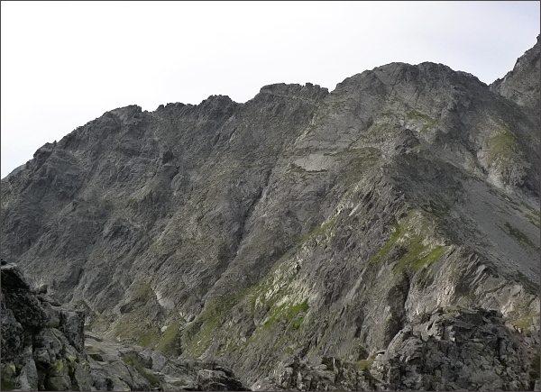 Karbunkulový hrebeň nad Červenou dolinou.<br>Zleva Predný, Prostredný a Zadný Kopiniak, Malý Kolový štít a Belasá veža