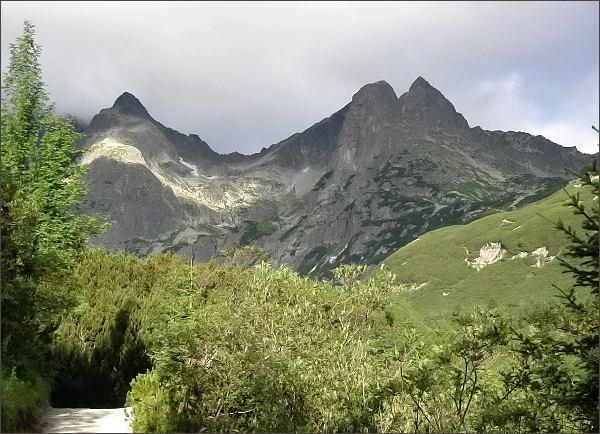 Panoráma Doliny Bielej Kežmarskej vody z turistického chodníku k Zelenému plesu<br>Zleva Čierny štít, Malá Zmrzlá dolina, Jastrabia veža a Karbunkulový hrebeň