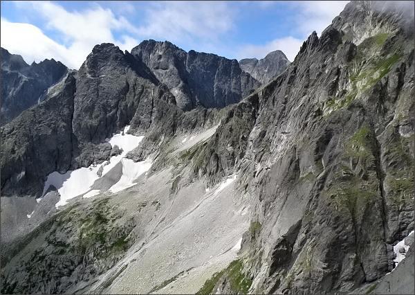 Závěr Malej Zmrzlej doliny z Malého Kolového štítu. Uprostřed Čienry štít a Baranie rohy