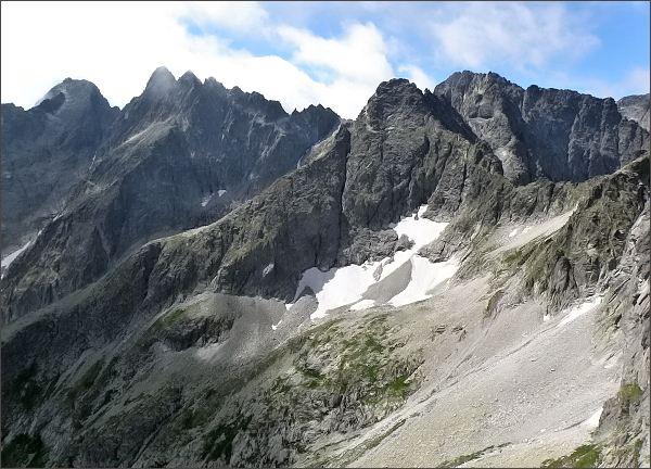 Závěr Malej Zmrzlej doliny z Malého Kolového štítu.<br>Vpravo Čierny štít a Baranie rohy, vlevo rozsocha Lomnického štítu