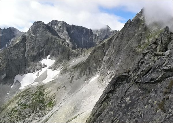 Pohled z Malého Kolového štítu k Čiernemu sedlu. Vlevo Čierny štít a Baranie rohy