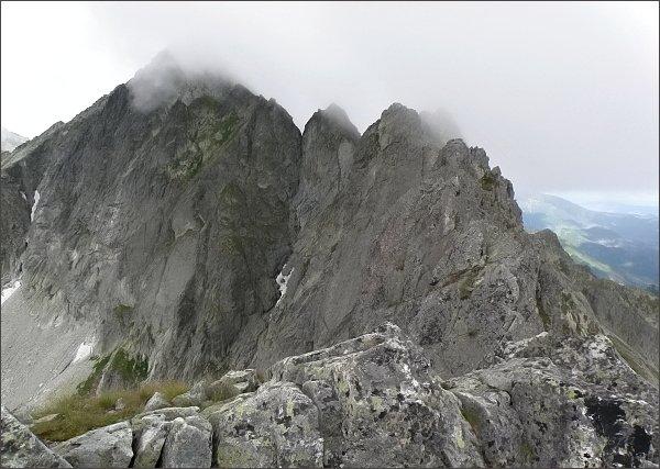 Karbunkulový hrebeň z Predného Kopiniaku.<br /> Nejblíže Prostredný a Zadný Kopiniak, Malý Kolový štít, <br>za ním vpravo Belasá veža, vlevo Zmrzlá veža. Nejdále Kolový štít