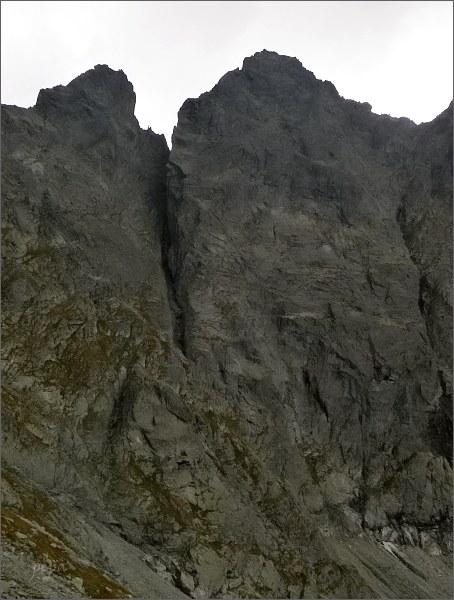 Žabí kôň (vlevo), a Žabia veža od severu