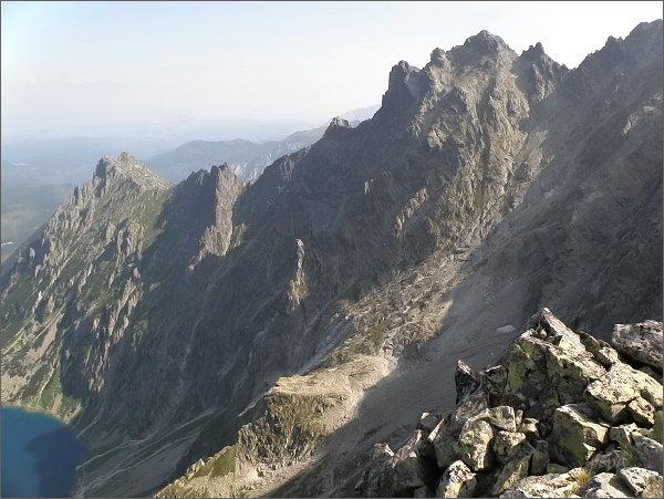 Malé Rysy (vpravo) a Spádová kopa ze Žabej veže. Vlevo Malý Žabí štít