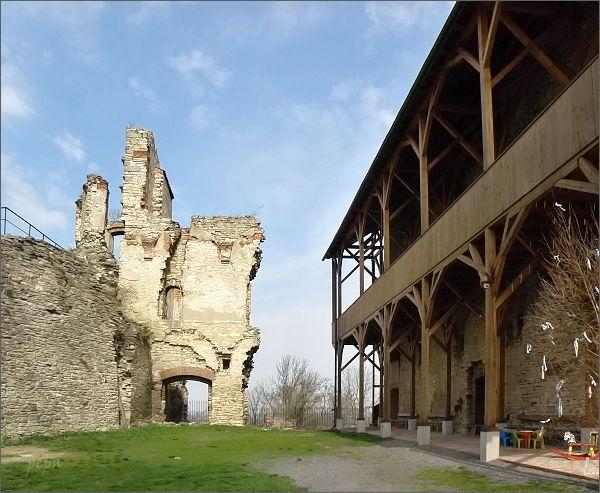Hrad Košumberk. Původní gotický hrad a renesanční palác
