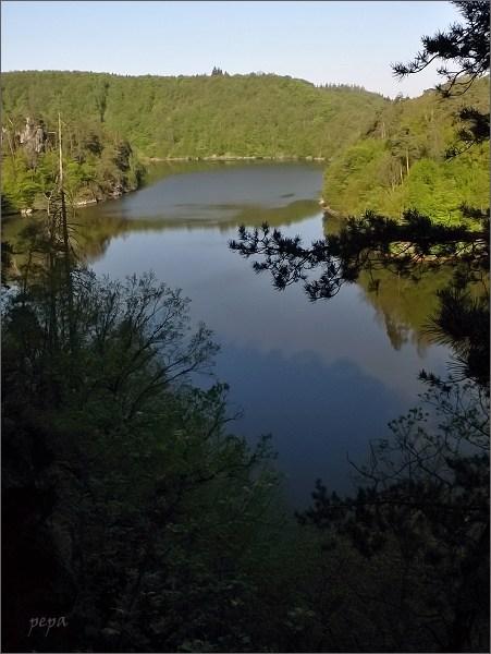 Dalešická přehrada od Maxova kříže. Vlevo ostrov se zbytky hradu Kozlov