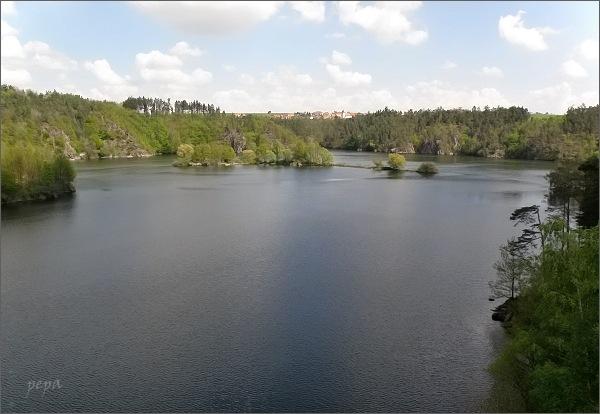 Dalešická přehrada a Hartvíkovice ze silničního mostu