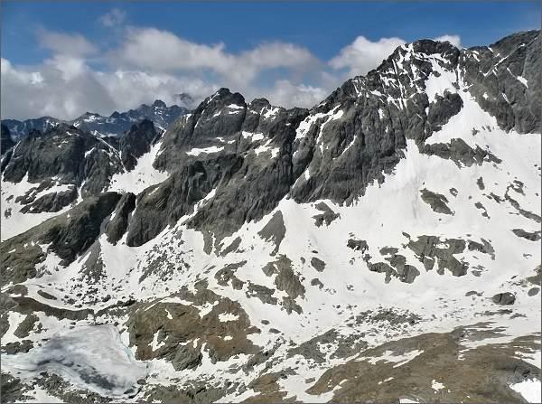 Široká veža (uprostřed) a Malý Ľadový štít (vpravo) z Mačacej veže