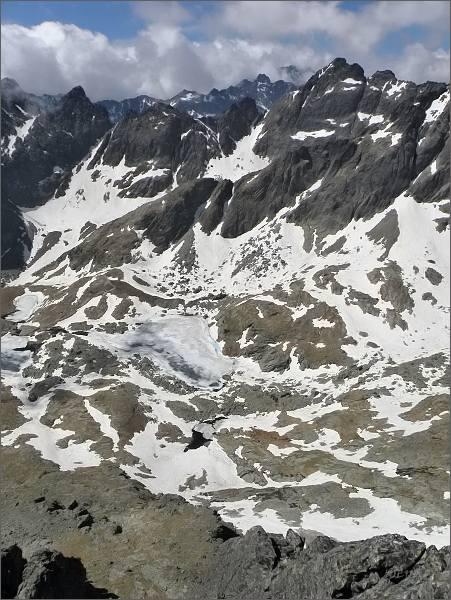 Prostredný hrebeň mezi Široékou vežou (vpravo) a Žltou vežou (vlevo)