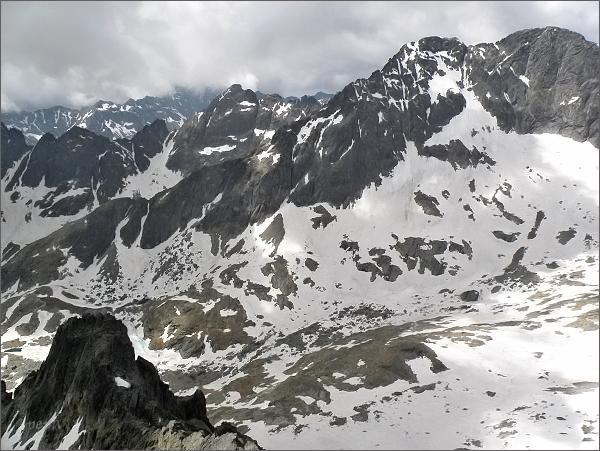 Široká veža (uprostřed) a Ľadové štíty ze Zadnej Mačacej veže