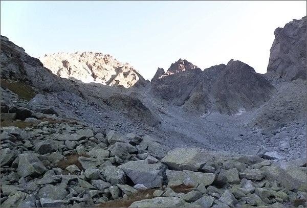 Dolina Zlomísk. VpravoVýchodná Železná brána, dále dolevaSnežné kopy a Západný Železný štít.<br>První úsek mé cesty