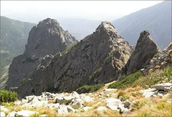 Zadný Oštep (vlevo), Kopa nad Ohniskom a bezejmenná věžička od Veže nad Ohniskom