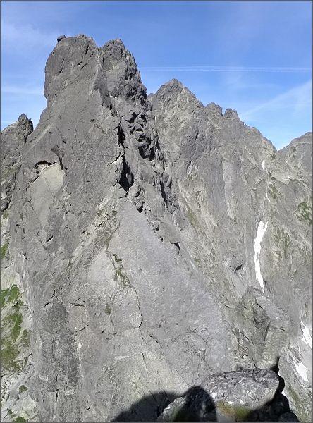 Žabí kôň (vlevo), východní hrana. Vpravo (splývající) Žabia veža