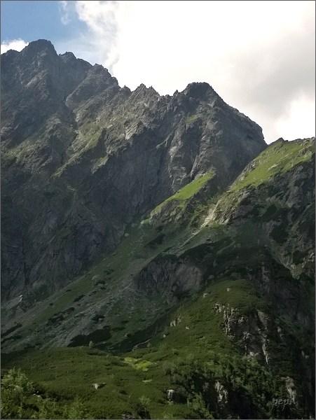 Kačacia veža nad Kačacou dolinou. <br>Vpravo sedlo Pustá lávka, vlevo Malý Ganek