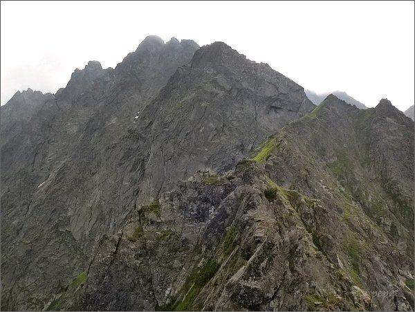 Kačacia veža z Pustého hrebeňa. <br>Za ní Malý, Prostredný a Veľký Ganek, dále vpravo Rumanov štít a Zlobivá
