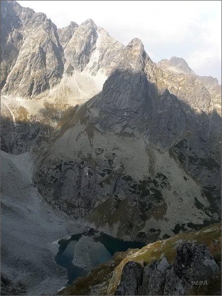 Ťažká dolina z Kačacej veže. <br>Malé Rysy, Ťažká veža a Veľký Žabí štít. V popředí Zmrzlé pleso