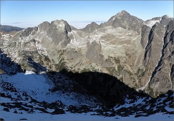 Ostré štíty (uprostřed) ze Slavkovského štítu. Vlevo Javorové štíty, vpravo Ľadové štíty