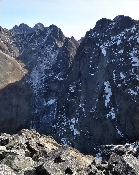 Ostrý štít (uprostřed) z Malého Javorového štítu. Blíže Javorový štít, za Ostrým štítom Široká veža